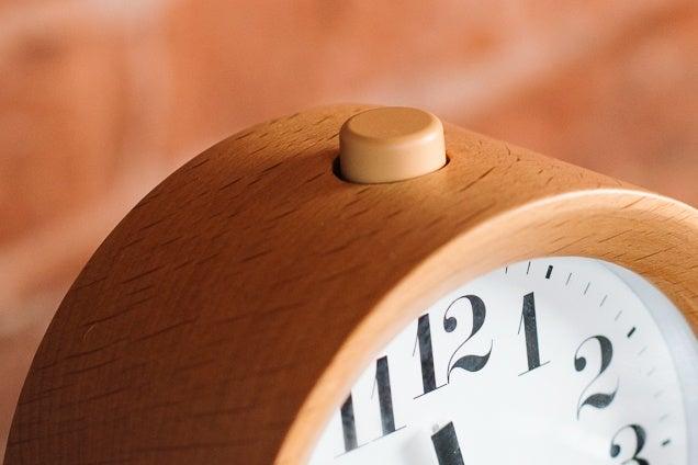 Lemnos Riki Alarm Clock кнопка включения
