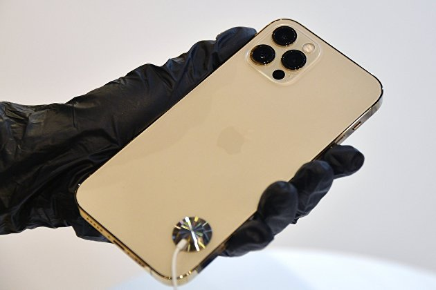 iPhone 12 в руках