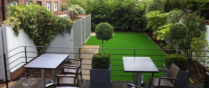 Двор с искусственной травой