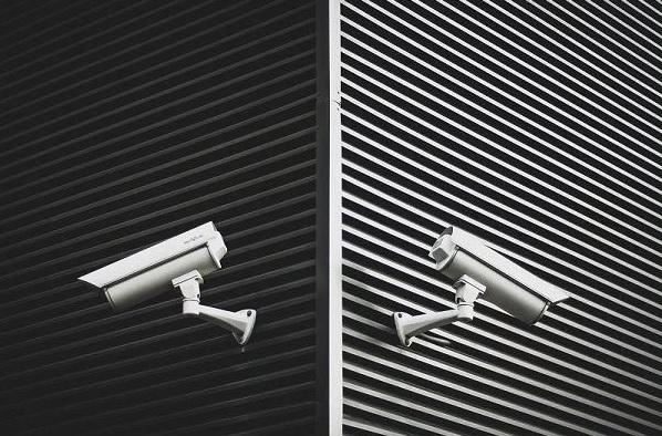 две камеры на стене